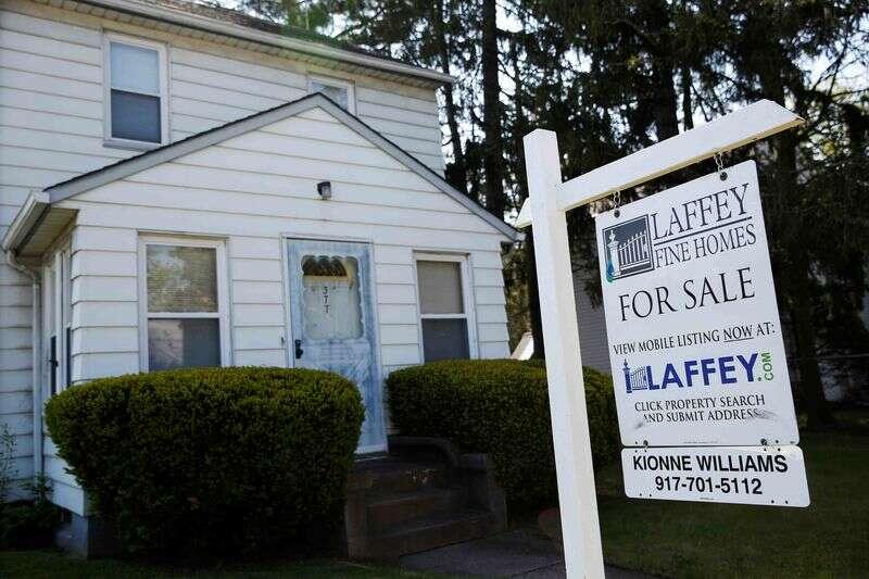 Wzrost sprzedaży domów w USA; zapasy spada do rekordowo niskich Reuters