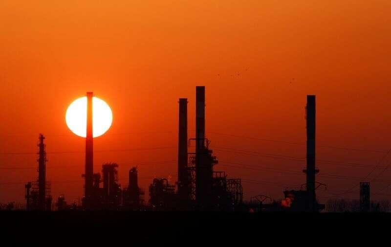 Ceny ropy rosną w lepszych perspektywach gospodarczych, zapasy w USA remis reuters