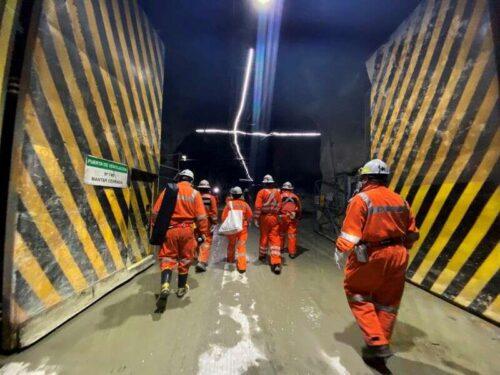 Analiza: Pracownicy w Mine Escondida Chile Hit Head Jackpot, podnosząc bar w pracy, rozmowy w innym miejscu przez Reuters