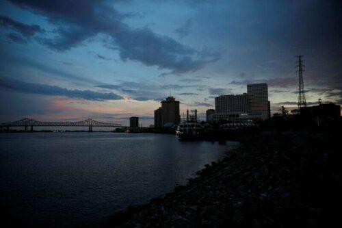 Linie energetyczne blokujące Mississippi River do usunięcia piątek -Nobt przez Reuters