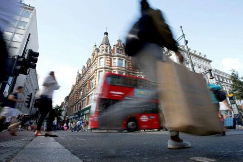 Wydaje wydatki na kartę w Wielkiej Brytanii do 93% poziomu przedobidkowym - Ons Reuters