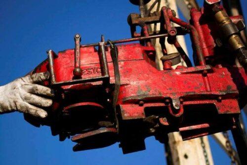 Ropa naftowa wyższa; Burza i pomoc prognozy IEA przez Investing.com