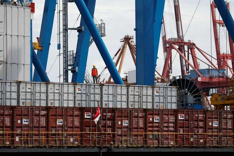 Indonezja wrzesień nadwyżka handlowa bije szacunki na silnych towarów przez Reuters