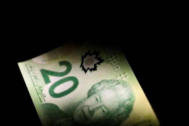 Waluty wrażliwe na olejeniowe większe zwiększanie z surowym powyżej 80 USD przez Bloomberg